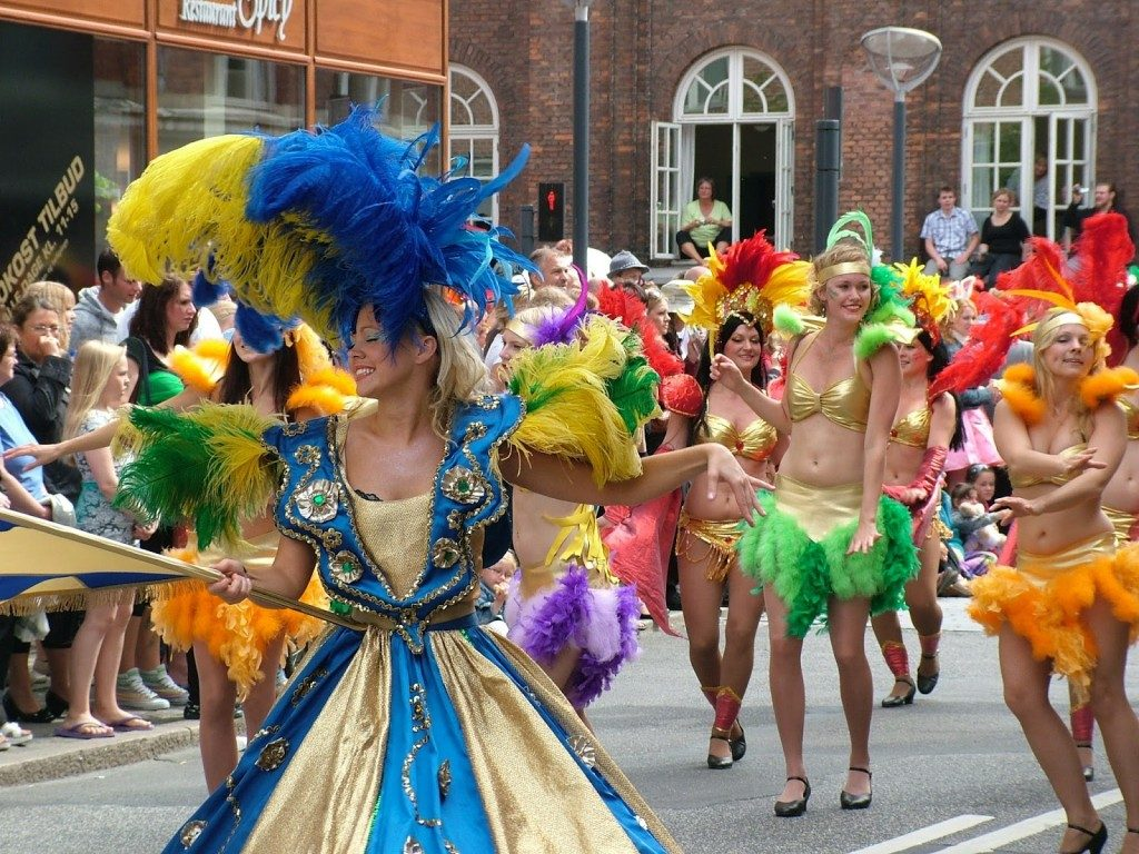 Lễ hội Carnival trình diễn trang phục và vũ điệu samba nóng bỏng, đặc trưng của Brazil