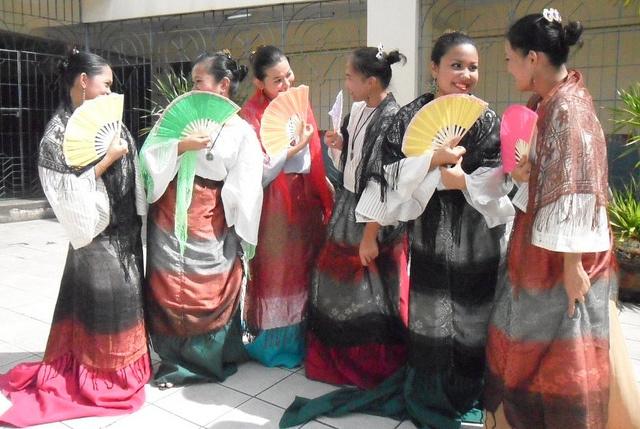 Barongs là trang phục truyền thống Philippines rất được ưa chuộng vì vẻ ngoài bắt mắt