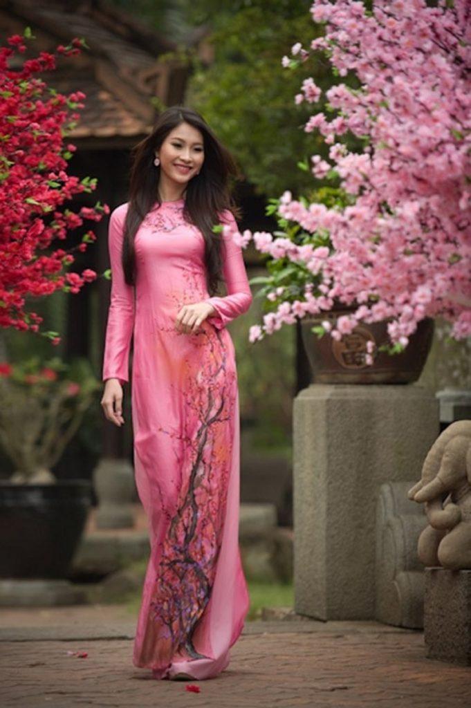 Trang phục áo dài tiêu biểu của dân tộc Việt