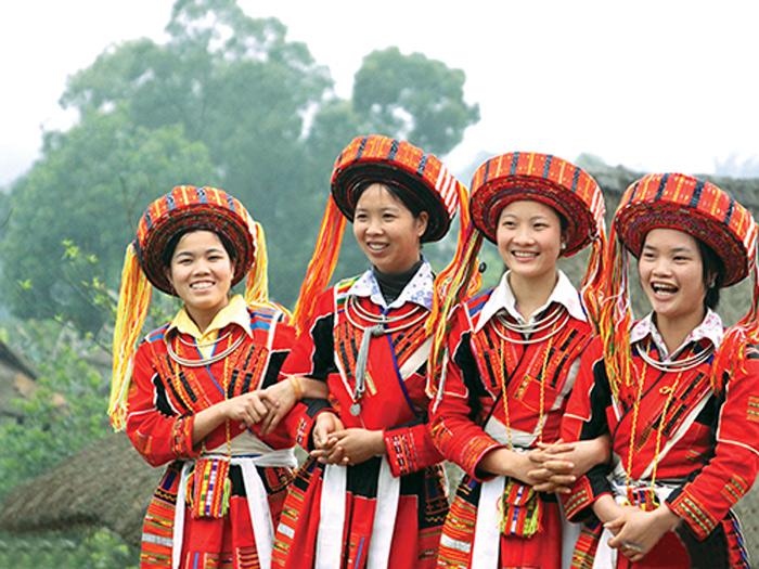 Bộtrang phụcdân tộc H'Mông hết sức cầu kỳ và sặc sỡ