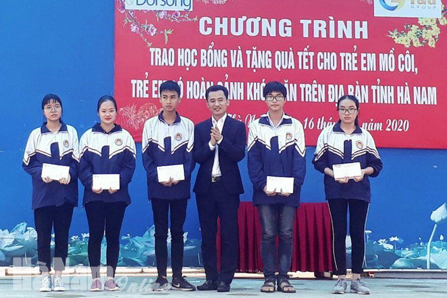 Ông Bùi Văn Tự trao quà cho các em học sinh có hoàn cảnh khó khăn tại tỉnh Hà Nam